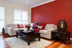 zimmerfarben wohnzimmer weißer teppich rote wand gemütlich