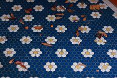 o zo vrolijk zo vrolijk: kan met blue fonce, superblanc en ivoire of cognac worden geplakt door de fabriek. Daisy hexagon tiles - amazing