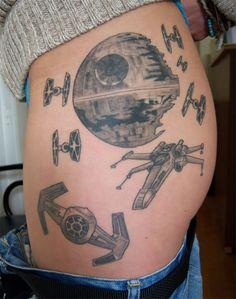 Vooral de stijl, maar dan in Millenium Falcon Death Star Tattoo, Tatoo Star, War Tattoo, Star Wars Tattoo, Nerdy Tattoos, Funny Tattoos, Body Art Tattoos, Cool Tattoos, Disney Tattoos