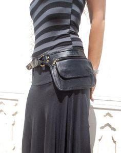 Ceinture en cuir ceinture utilitaire, Sac ceinture en cuir, sac de hanche, pochette ceinture, poche en noir - HB11N  Ce sac de ceinture utilitaire est léger et compact et a beaucoup de place pour sadapter à votre téléphone, clés et plus encore.  Il a une grande poche qui se ferme avec deux boutons daimant et une poche fermeture éclair sur le devant et une poche fermeture éclair cachée dans le dos  Vous pouvez utiliser le sac comme une ceinture ou un sac à bandoulière   Poche fermeture-éclair…