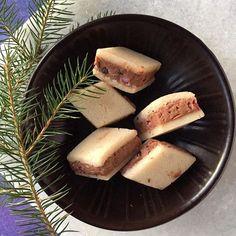 I morgen er det 1. december, og det giver os mulighed for at minde dig om en all-time klassiker.⠀ Marcipan, nougat, tilsat din favoritkrymmel for at give lidt ekstra knas.⠀ ⠀ #julensignærmer #1december #snartjul #julestemning #julekonfekt #allegåroghygger #konfekt #marcipan #nougat #krymmel #rombe #odensemarcipan