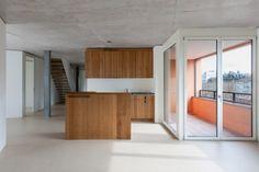 Kalkbreite Zurück In Zürich verbirgt sich hinter einer unspektakulären Hülle ein komplexes Innenleben: Flexible Wohnungstypen und vielfältige Gewerberäume verbinden sich zu einem qualitätvollen Ganzen, das fast allen offensteht.