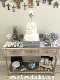 First Communion Table Boys First Communion, Baptism Centerpieces, Balloon Decorations, Dessert Table, Christening, Entryway Tables, Shabby Chic, Confirmation, Party Wedding