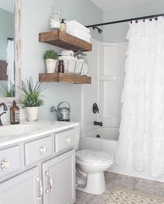 This farmhouse bathroom is covered in floor to ceiling charm (: @blesserhouse) #homedecor #decorating