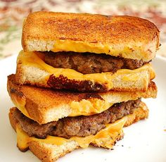 Made these last night and YUM! DH ate 3 of them! What happens when a grilled cheese sandwich meets a hamburger? A Grilled Cheese Hamburger is born. Grilled Cheese Burger, Grilled Sandwich, Beef Recipes, Cooking Recipes, Apple Recipes, Cake Recipes, Healthy Recipes, Sandwiches, Little Lunch