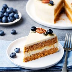 This perfectly-spiced, raw carrot cake is naturally sweetened w/ fruit & topped w/ a creamy cashew frosting. Vegan, paleo, gluten-free & grain-free recipe.