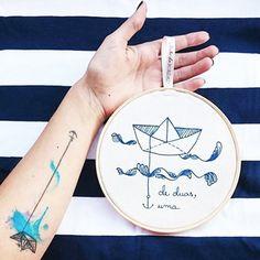 Ontem a @larissagracef recebeu um presente feito pelo #clubedobordado para a marca dela @deduasuma e postou essa lindeza de foto do bordado ornando com sua tatuagem ⚓️ {as marcas tem tudo a ver e adoramos fazer esta encomenda}