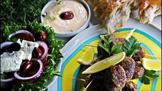 Hjemmelagde kjøttboller med en spennende smak, som kan serveres med f.eks. ovnstekte poteter, ostedipp og gresk salat.
