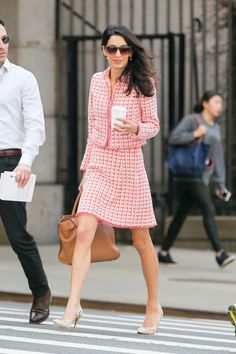 Amal Clooney in a pink tweed dress and matching jacket by Oscar de la Renta. Amal Clooney, George Clooney, Amal Alamuddin Style, Professor Style, Long Leather Skirt, Executive Woman, Mode Chanel, Office Fashion, High Fashion