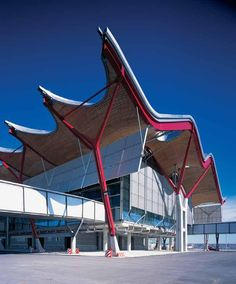 This month, the architect, Richard Rogers, has attained a summit point in his career in winning the UK RIBA Stirling Prize. The building that has won the prize is not even in Britain, but the architect very much is. Airport Architecture, Architecture Design, Industrial Architecture, Oscar Niemeyer, Richard Rogers, Case Study Design, Airport Design, Airport Style, Types Of Roofing Materials