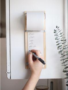 Haz un anotador para listas y cuélgalo en un lugar de fácil acceso en la cocina. | 37 Consejos de organización locamente inteligentes que simplificarán la vida de tu familia