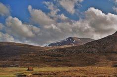 Cairngorm Mountains © Katja GB Cairngorms National Park, Scottish Highlands, Beautiful Landscapes, Places To See, Britain, Ireland, National Parks, Castle, Mountains