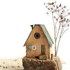 """L e n a T o m 🏠 on Instagram: """"Занят. Уютный, старенький, неприметный.. какое словечко найдётся у вас? 😄 Домик из старого морского дерева, рядышком можно """"посадить"""" любую…"""" Driftwood Sculpture, Bird, Outdoor Decor, House, Instagram, Home Decor, Decoration Home, Home, Room Decor"""