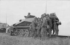 1941, Union Soviétique, Opération Barbarossa, Des soldats allemands au combat derrière un Sd.Kfz. 250 sur des voies ferrées