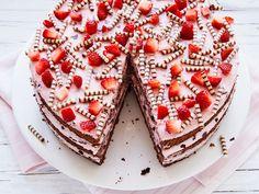 Erdbeer-Stracciatella-Torte – einfach und so lecker – Strawberry and Stracciatella cake – simple and delicious Cupcake Recipes, Baking Recipes, Cookie Recipes, Cupcake Cakes, Dessert Recipes, Dessert Food, Cheesecake Recipes, Food Cakes, Delicious Chocolate