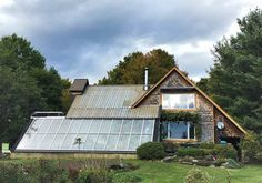 This couple lives in a house that produces food all year round A Frame Cabin, A Frame House, Pacific Northwest Style, Triangle House, Hippie House, Eco Buildings, Passive Design, Cabin Kits, Earth Homes