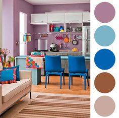 Seus armários são brancos e você quer dar uma vida à sua cozinha? Que tal investir em cores inusitadas? O lilás fica lindo e sereno quando se junta ao azul. Aqui temos dois tons principais de azul ao mesmo tempo e sem contar os objetos coloridos que deixou o ambiente bem jovem e descontraído!