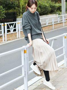 タートルネックニットとプリーツスカートを合わせた旬の着こなし🐥 冬の足元の定番と言えばブーツです Cute Sporty Outfits, Dressy Outfits, Stylish Outfits, Fashion Outfits, Womens Fashion, Pleated Skirt Outfit, Skirt Outfits, Midi Skirt, Hijab Outfit