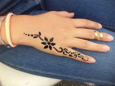 made by Delara Bitar Rmeily ( www.me ) made by Delara Bitar Rmeily ( www. Cute Henna Designs, Henna Tattoo Designs Simple, Beginner Henna Designs, Mehndi Designs For Fingers, Latest Mehndi Designs, Mehndi Designs For Hands, Mehandi Designs, Pretty Hand Tattoos, Cute Henna Tattoos