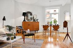 This interior is filled with some amazing pieces of Danish modern furniture. Danish Interior, Danish Modern Furniture, Scandinavian Interior, Décoration Mid Century, Modern Apartment Design, Plywood Furniture, Home And Living, Modern Living, Living Spaces