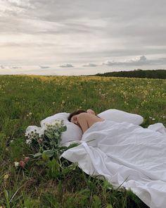 """Viktoriya Novitskaya on Instagram: """"Удивительная жизнь — несколько дней назад ты беспечно валяешься в чистом поле под солнечными лучами и в голове лишь полное счастье…"""" Cute Photos, Pretty Pictures, Film Photography, Creative Photography, Summer Aesthetic, How To Pose, Aesthetic Pictures, Summer Vibes, Summer Sun"""