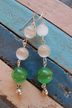 PRECIO: 7€. Pendientes de plata y ojo de gato. Combinación color piedras a elegir entre blanco, verde, lila, naranja y amarillo. Hecho a mano