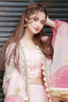 Beautiful Girl Photo, Cute Girl Photo, Beautiful Girl Indian, Beautiful Indian Actress, Stylish Dresses For Girls, Stylish Girls Photos, Stylish Girl Pic, Beautiful Pakistani Dresses, Pakistani Bridal Dresses