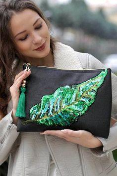 Best 11 Women's Black Giant Feather Applique Vegan Clutch- Kadın Siyah Dev Tüy Aplikeli Vegan Clutch Women's Black Giant Embroidery Bags, Embroidery Fashion, Diy Bags Purses, Purses And Handbags, Diy Fashion, Fashion Bags, Potli Bags, Boho Bags, Jute Bags