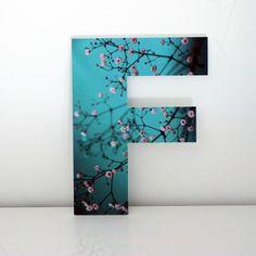 Letras Decorativas con frontal impreso. Letra F con imagen de ramas y flores de árbol.