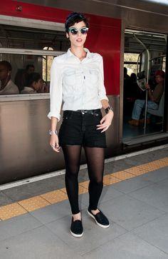 Ingrid Martins, metrô de SP. Ideia de look com shorts, para dias mais frios, com meia calça.