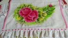 Toalha de louça com pintura de rosas e barrado de bordado inglês.