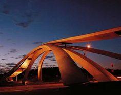 Puente Da Vinci A 100 km de Oslo, Noruega Diseño original 1502, de Leonardo da Vinci provocó un gran revuelo con proyectos audaces para construir un puente sobre el Bósforo. No se construyo.
