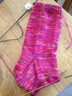 Lettilgængelig grundopskrft på sokker strikket på strømpepinde og uden magic loop. De er her strikket i almindeligt strømpegarn af uld på pinde 2½. Læs mere ... Knitting For Charity, Easy Knitting, Knitting For Beginners, Knitting Socks, Knit Shoes, Sock Shoes, Learn To Crochet, Knit Crochet, Wrist Warmers