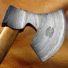 Handmade axe by Göran Enocksson at GEN-SMIDE. Material is Damasteel Dense Twist… Cool Knives, Knives And Tools, Knives And Swords, Edc, Tomahawk Axe, Viking Axe, Forging Metal, Custom Knives, Damascus Steel