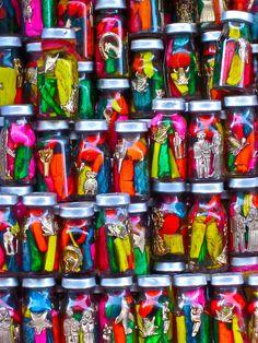 Calle de las brujas (witch street) in market Bolivia.La paz -Bolivia az egyik leghiresebb piac koze sorolhato a vilagon jellegzetesege a piacnak hogy egzotikus ez ezoterikus es orvosi gyogynovenyek is vannak Bolivia Peru, World Street, Caribbean Culture, South America Travel, World Of Color, Beautiful World, Wonders Of The World, Voodoo, Statues