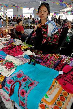 "Nezahualcóyotl, Méx. 05 Junio 2013. ""Textiles y ropa bordada"". Nahuatzin, Michoacán. Consuelo Paleo Beltrán."