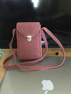 How To Crochet A Shell Stitch Purse Bag - Crochet Ideas Crochet Pouch, Cute Crochet, Crochet Crafts, Crochet Backpack, Crochet Handbags, Crochet Purses, Crochet Phone Cases, Knitted Bags, Crochet Accessories