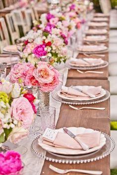 結婚式の会場には、華やかな装花がマスト。しかし、たくさんのお花をデコレーションしてしまうと、その分コストもかかってしまいますよね...。そこで、今回は、披露宴の高砂席やゲストテーブルなどの装花をリーズナブルに仕上げる、秘密のおしゃれアイディアをご紹介します!
