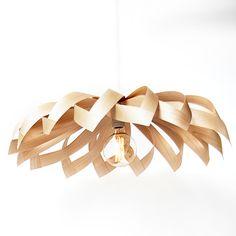 """Wooden veneer lamp """"Tusindfryd"""" made by Yndlingsting. Trælampe Tusindfryd fra Yndlingsting. Denne trælampe Tusindfryd er inspireret af den nordiske natur. Lampen minder om planten tusindfryd og det er nok dér inspirationen kommer fra. Ligesom planten, består lampen af 3 enkelte elementer. Og ligesom planten, kan den ikke forveksles med andre lamper. Og ligesom planten, elsker den lys."""