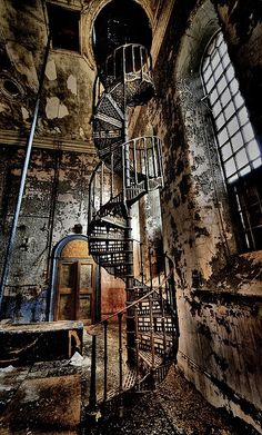 Awesome just for the wrought iron stairwell. Would love to reclaim that peice and incorporate into something new.