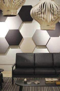 Akustikplatten in Hexagon-Form mit Stoff gepolstert