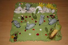 Frederick die Mäusefamilie  Beschreibung der Materialien:  Wiese ist aus Fleece, an den Seiten ist sie rund geschnitten und mit einem Zick-Zack Stich eingenäht, rote und weiße Blumen verziehren...