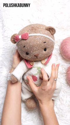 Knitted Teddy Bear Clothes Pattern #knitting #pattern #teddy #bear #doll #clothes #outfit #pajama Teddy Bear Knitting Pattern, Knitted Teddy Bear, Baby Knitting Patterns, Hand Knitting, Knitted Dolls, Crochet Toys, Diy Doll Costume, Teddy Bear Clothes, Farm Crafts