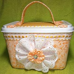 Porta-trecos com alça no pote de sorvete Ice Cream Containers, Lulu Love, Diy Shows, Hat Boxes, Basket Decoration, Sewing Box, Clay Pots, Baby Decor, Baby Accessories