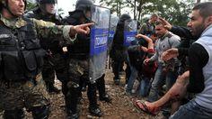 In beeld: Macedonische politie botst met migranten   NOS