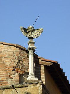 La Meridiana di Ponte Vecchio. Sul tetto di una delle botteghe di ponte Vecchio si trova un'antica meridiana, sostenuta da un pilasto in marmo bianco.