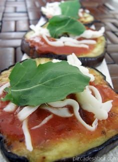 Berenjena con salsa de tomate y queso a la parrilla