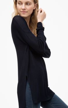 The long sweater with a V-neck has a casual fit. The fine ribs make the sweater extra comfortable to wear. It can be combined with pants, leggings or skirts. Sweaters like this are the perfect basic for any wardrobe.
