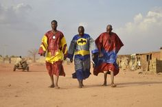 Super Boubous, par Ateliers Face-O-Sceno, Ouagadougou. photo - Alexandre Eudier