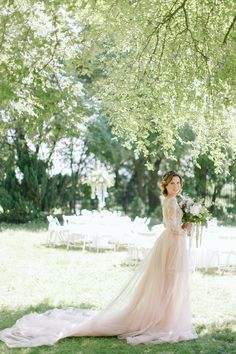 Jesteśmy zauroczeni tą letnią sesją w pastelach. Biały dywan, kolory roku, zjawiskowa suknia i wszystkie inne elementy sesji stworzyły niepowtarzalny efekt - piękną propozycję romantycznego ślubu w plenerze, o którym marzy chyba każda para młoda. || panna młoda, bride, suknia śłubna, wedding dress, ślub w plenerze, outdoor wedding || Foto: Elena Matiash, Suknia: Sylwia Kopczyńska, Miejsce: Endorfina Foksal